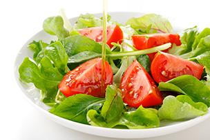 農家直送の新鮮野菜サラダもたっぷり