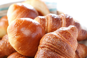 国産小麦100%のパンに県産ジャムを添えて